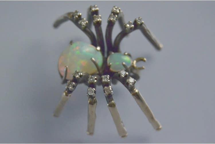 Pendentif Araignée sertie d'une opale et des diamants