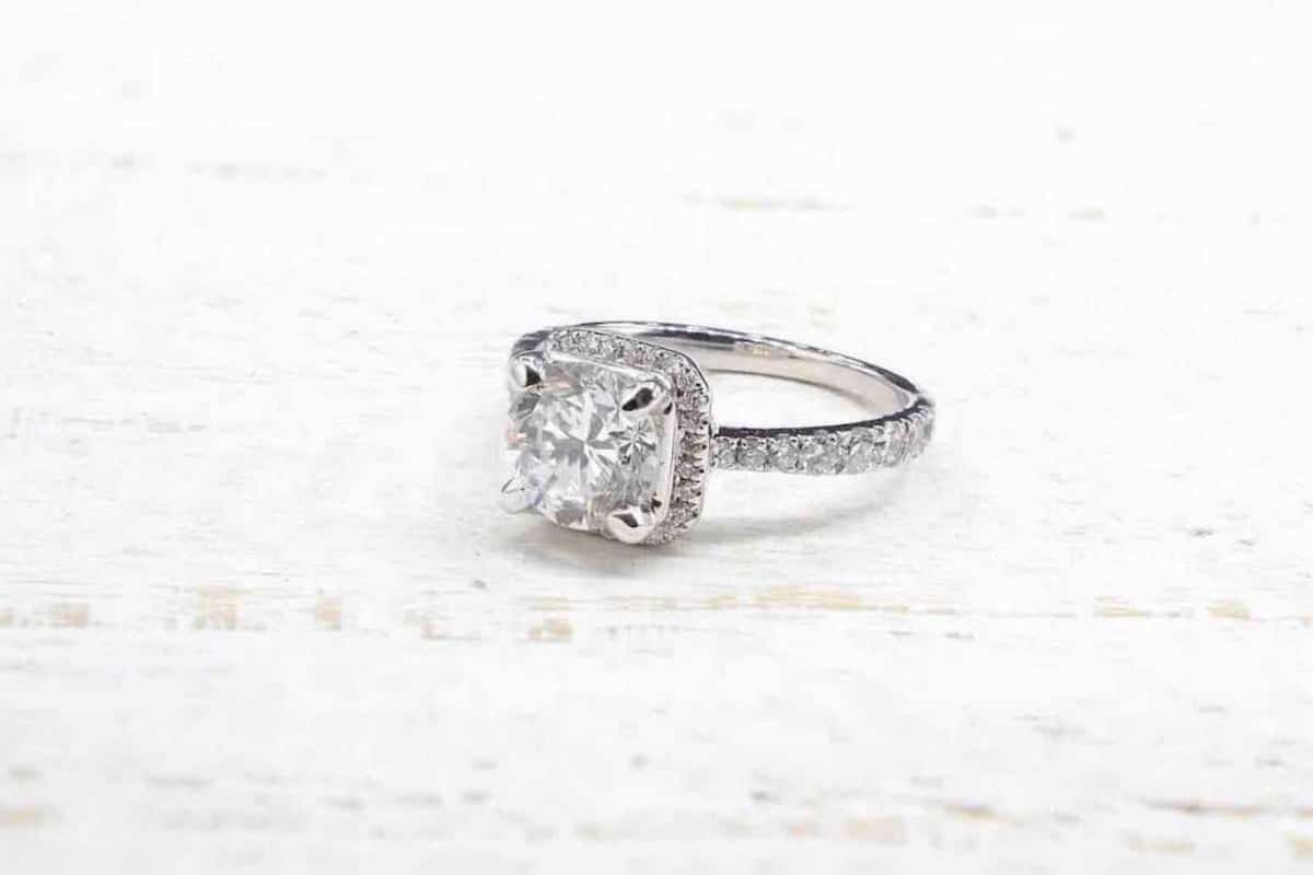 bague fiançailles diamant central
