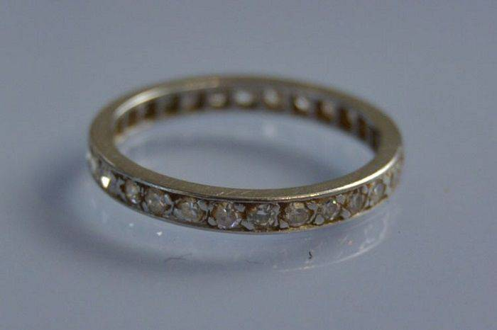 Alliance en platine sertie de diamants taille ancienne