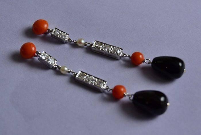 Boucles d'oreilles style Art Déco onyx, corail, diamants