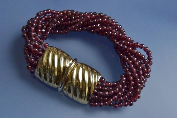 Bracelet perles de grenants et fermoir en or