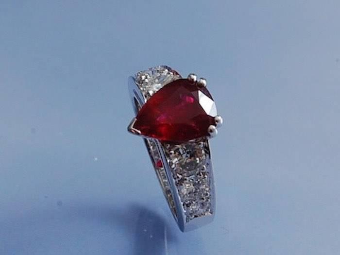 Bague en or blanc 18 k, rubis poire et diamants