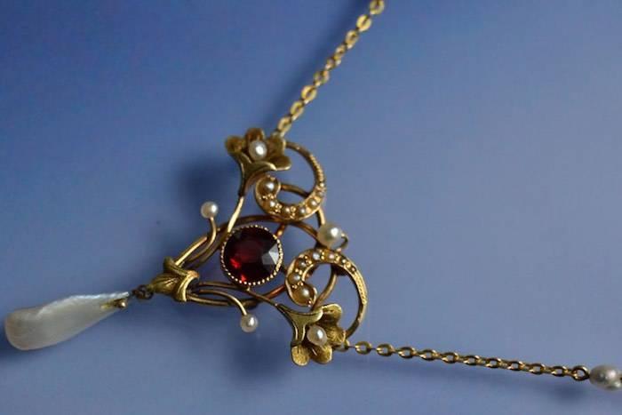 Collier grenat et perles fines