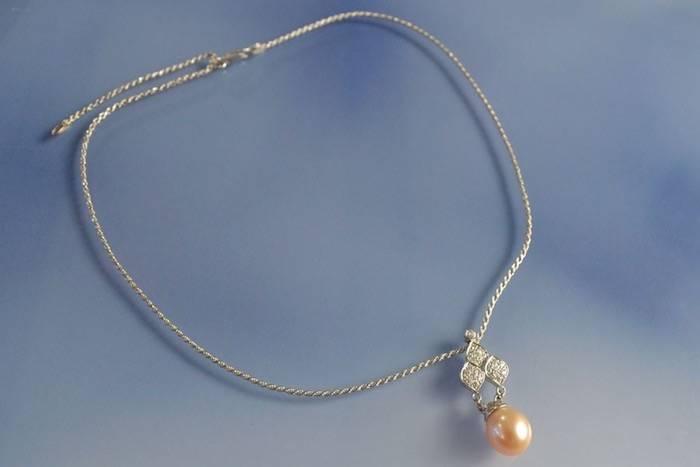 Collier or blanc, perle et diamants