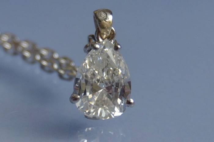 Chaîne pendentif or blanc et diamant