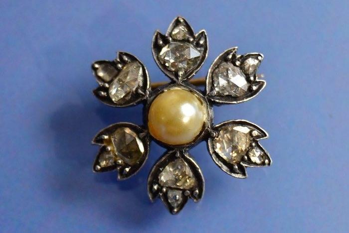 Broche fleur perle fine et roses de diamants