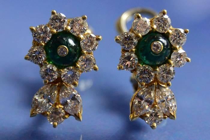Boucles d'oreilles émeraudes cabochon et diamants