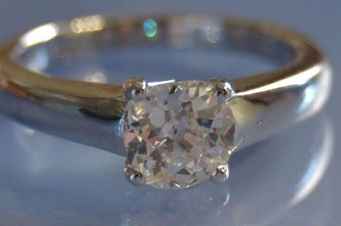 Bague solitaire avec un gros diamant