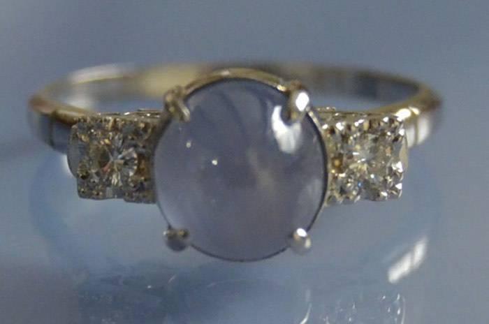 Bague Art déco saphir de Ceylan cabochon et diamants