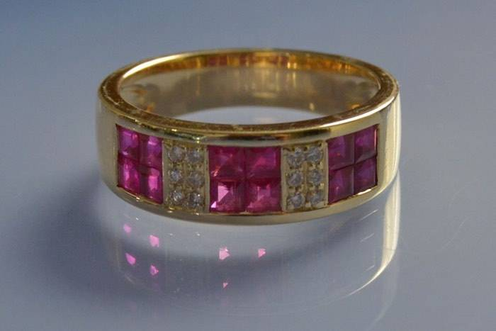 Bague moderne rubis et diamants sertis invisible