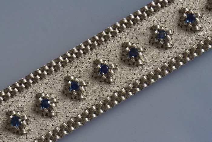 Bracelet manchette or blanc tressé serti de saphirs