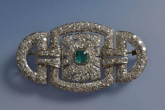 Broche art déco en platine émeraude et diamants