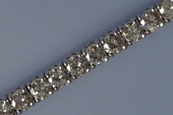 Bracelet serti des diamants en or blanc