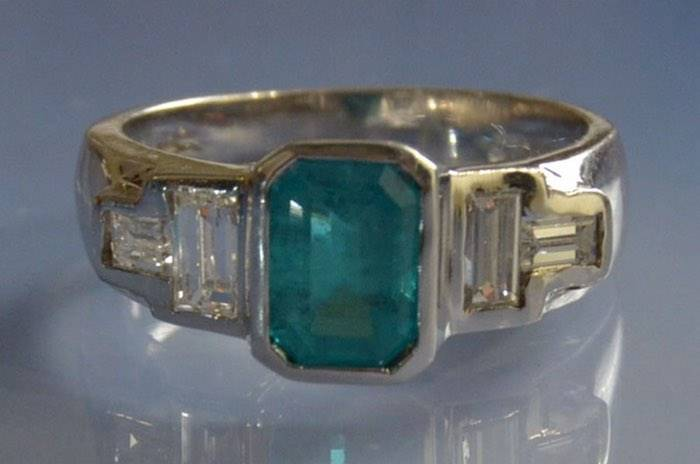 Bague ancienne émeraude et diamants baquette