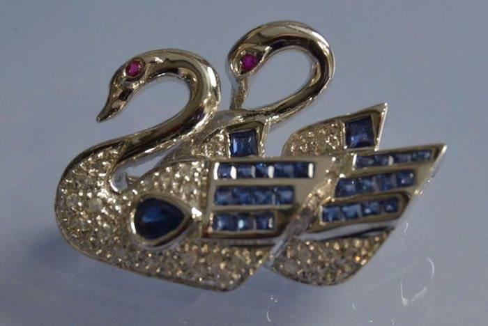 Broche cygnes sertie de saphirs, de rubis et de diamants