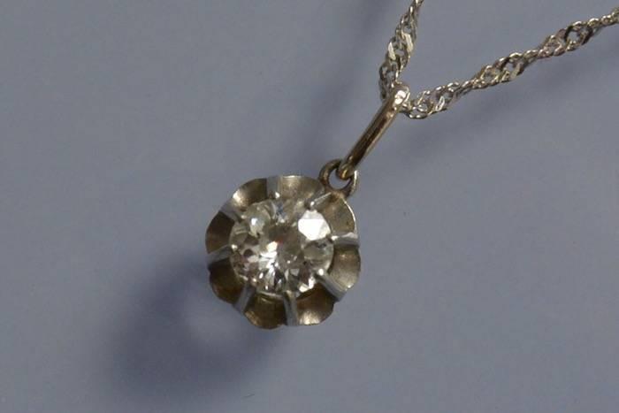 Collier solitaire motif fleur