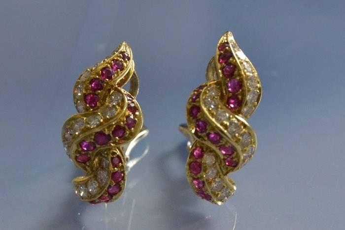 Boucles d'oreilles 1970 or, rubis et diamants