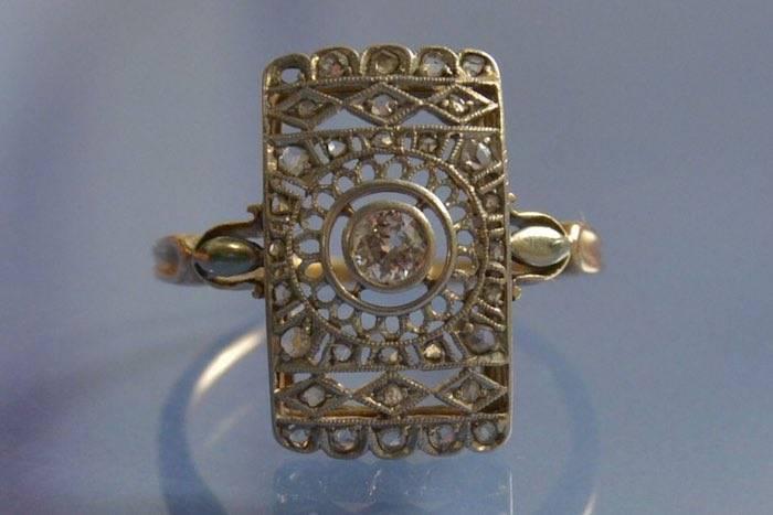 Bague art déco sertie de diamants en or et platine