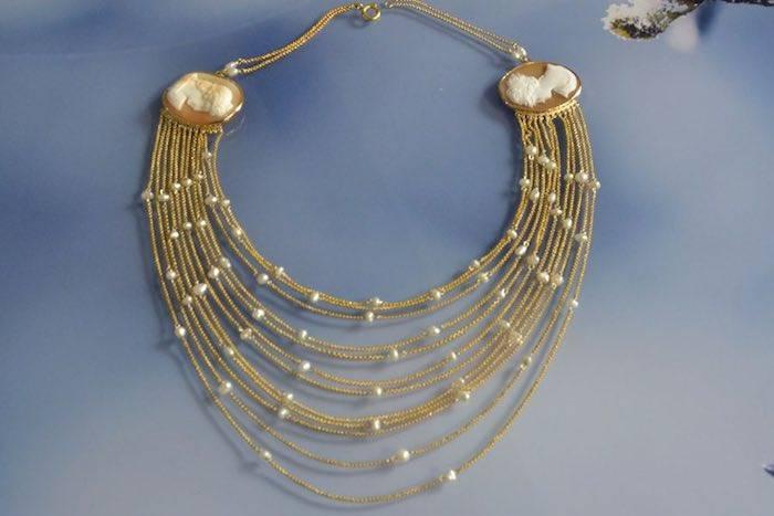 Draperie perles et camées sur or