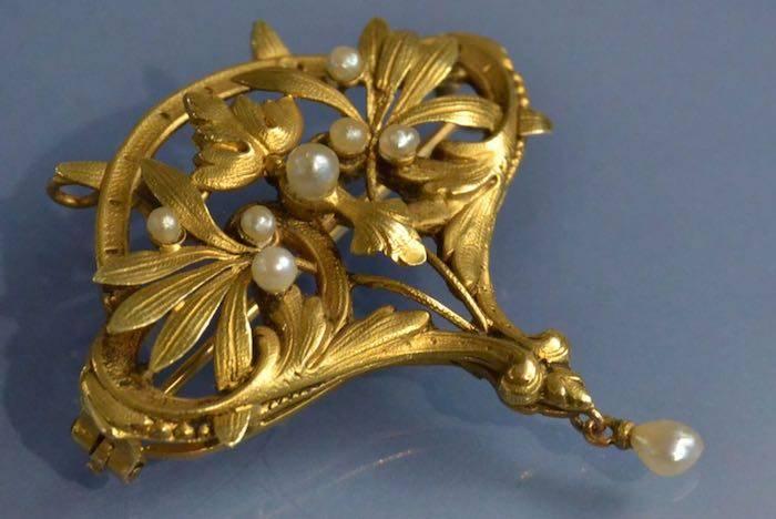 Broche Art nouveau en or 18k sertie de perles fines