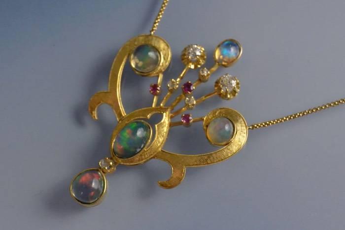 Collier 1960 opales, rubis et diamants