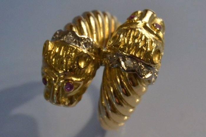 Bague signée Zolotas têtes de lion en or 18k