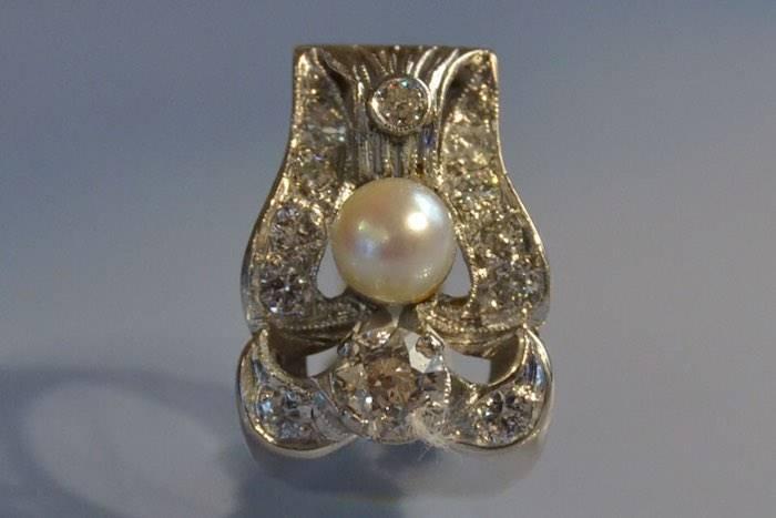 Bague tank ancienne sertie de diamants et d'une perle.