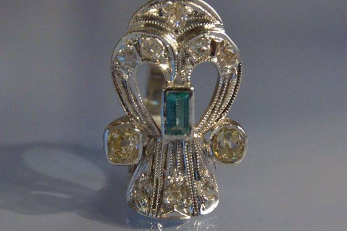 Bague tank originale sertie de diamants et émeraude