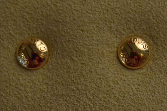 Boucles d'oreilles clous signées Louis Vuitton