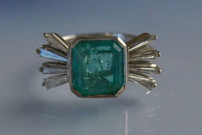 Bague 1930 or blanc émeraude et diamants