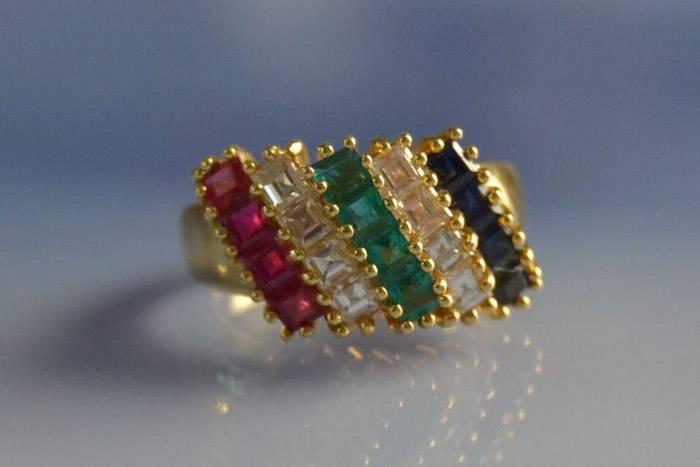 Bague diamants émeraudes rubis et saphirs
