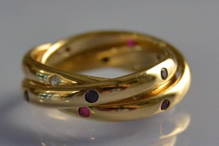 Alliance Trinity signée Cartier ornée de diamants rubis et saphirs