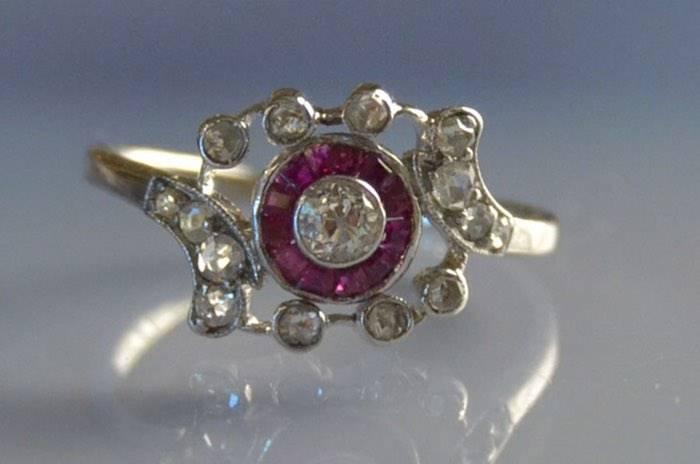 Bague ancienne rubis calibrés et diamants