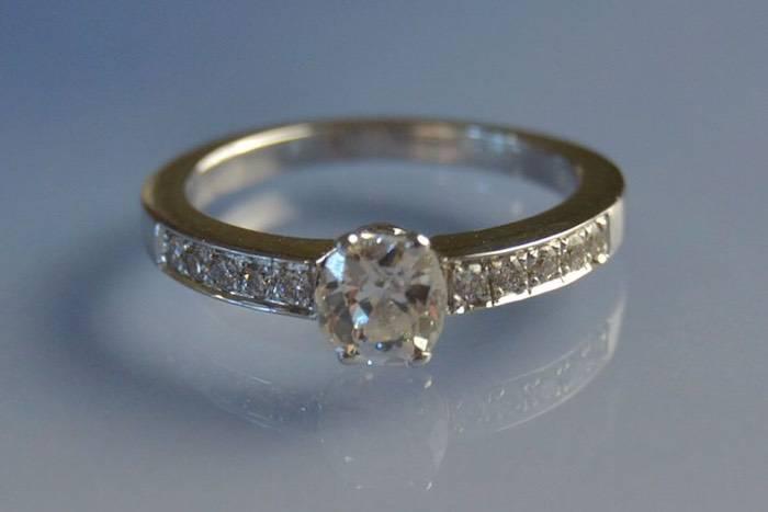 Solitaire or blanc et diamants
