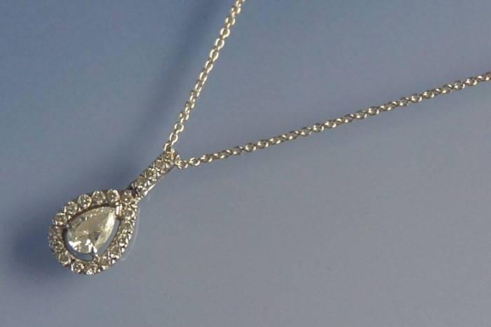 Collier diamant poire entouré de petits diamants
