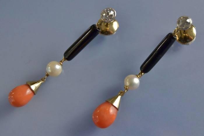 Boucles d'oreilles perles, corail, onyx et diamants