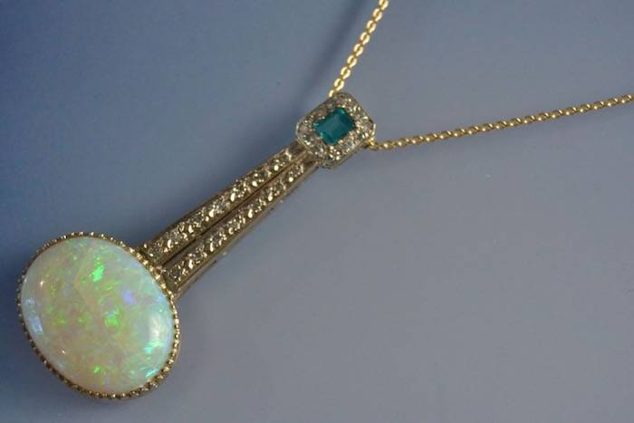 Collier Art Déco opale, émeraude et diamants