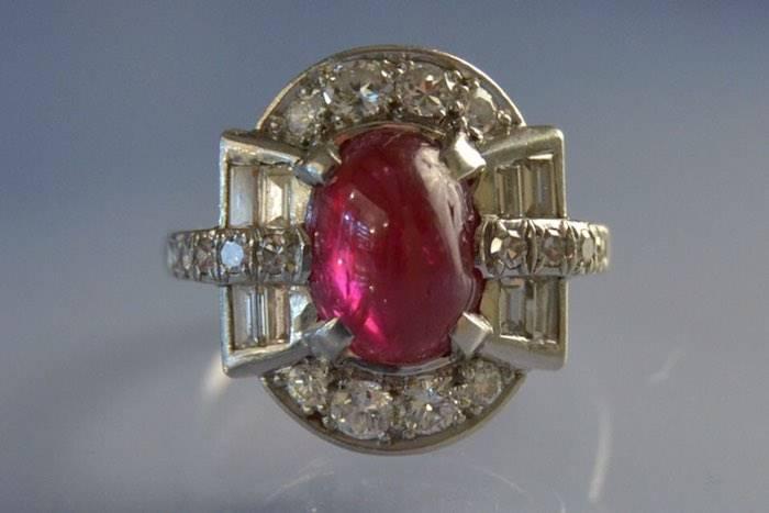 Bague art déco platine, rubis et diamants.