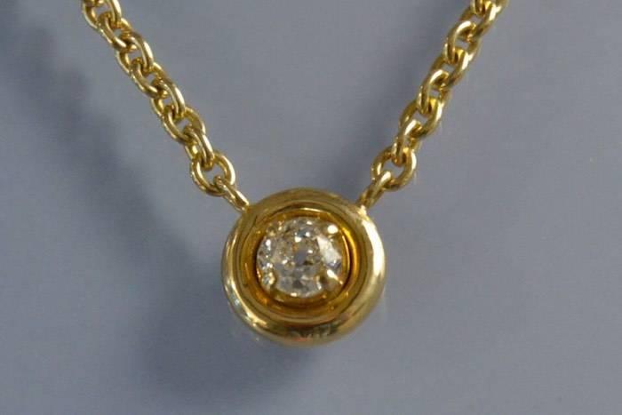 Collier en or serti d'un diamant