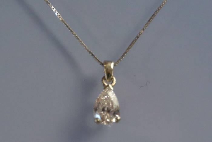 Collier en or blanc et diamant poire