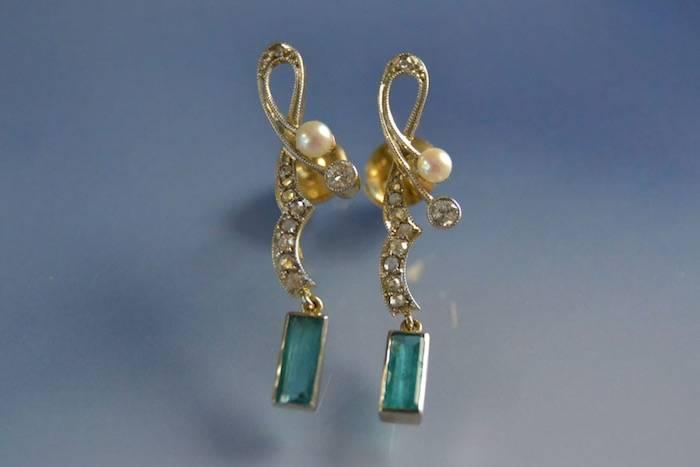 Boucles d'oreilles Art nouveau perles, émeraudes et diamants