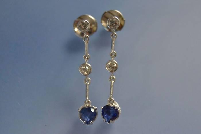 Boucles d'oreilles pendantes saphirs et diamants
