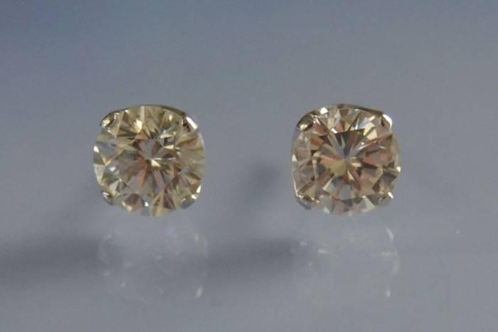 Puces d'oreilles serties de diamants