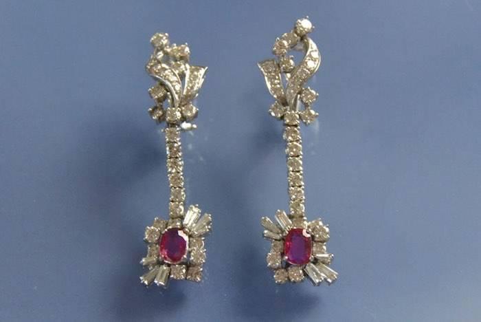 Boucles d'oreilles pendantes rubis et diamants