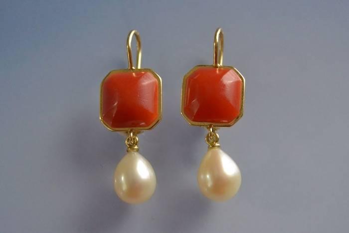 Boucles d'oreilles or jaune, corail rouge et perles