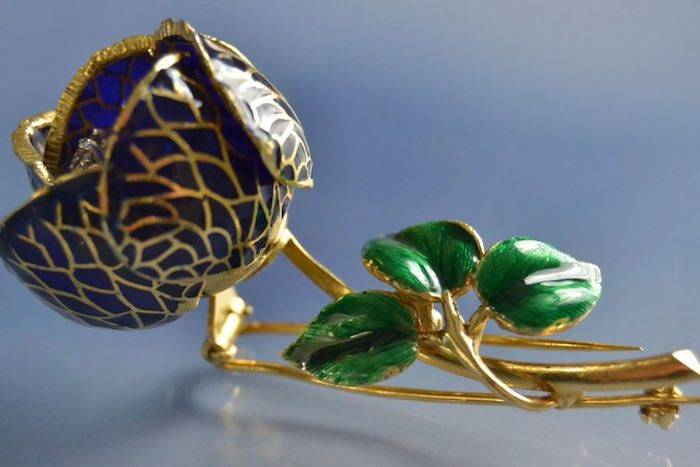 Broche d'occasion bouton de rose 1950 émail et diamants