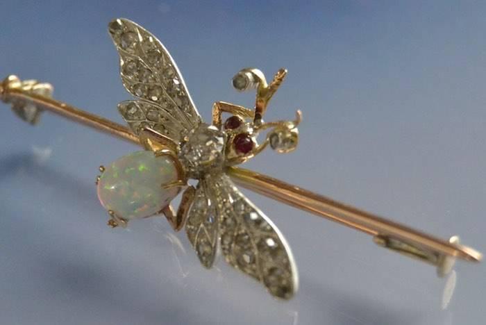Broche ancienne motif papillon diamants rubis et opale