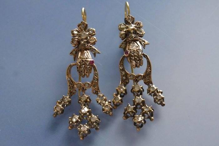 Boucles d'oreilles motif main serties de rubis et diamants