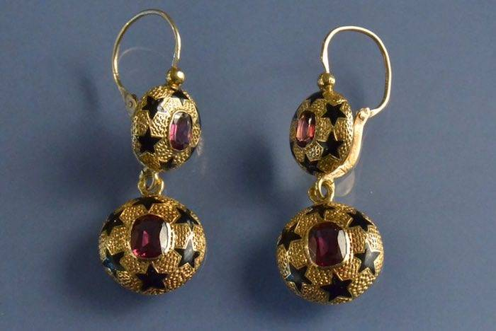 Boucles d'oreilles or jaune, émail et rubis