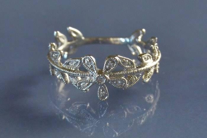 Alliance motif fleurs et diamants